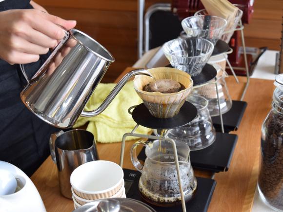 YUJ Cafe(ユジュカフェ)様のドリップコーヒー提供の様子