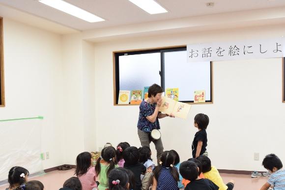 黒田先生の朗読に耳を傾ける子どもたち。