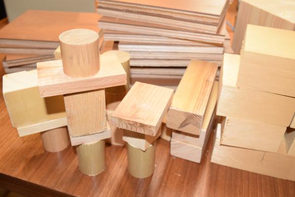 木材の一部。展示用の台座もご用意。